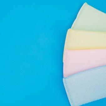 Een bovenaanzicht van kleurrijke spons op blauwe achtergrond