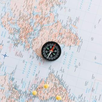 Een bovenaanzicht van kompas op wereldkaart