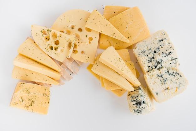 Een bovenaanzicht van maasdam; cheddar; gouda en blauwe kaas op witte achtergrond