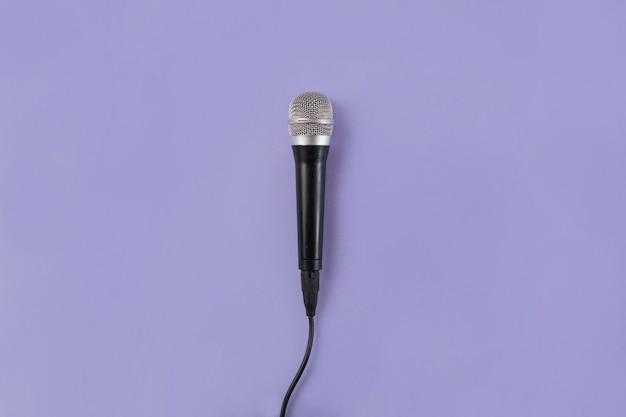 Een bovenaanzicht van microfoon op paarse achtergrond