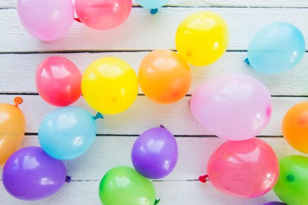 Een bovenaanzicht van opblaasbare ballonnen op houten plank
