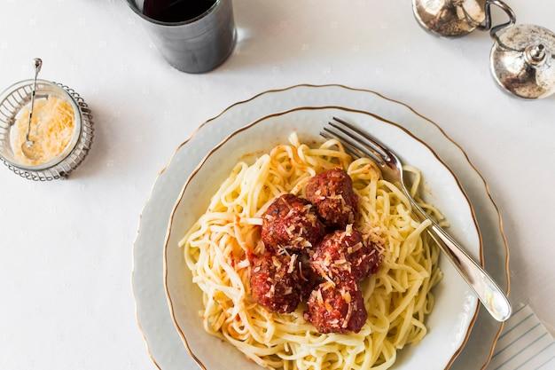Een bovenaanzicht van pasta met gehaktballen in plaat