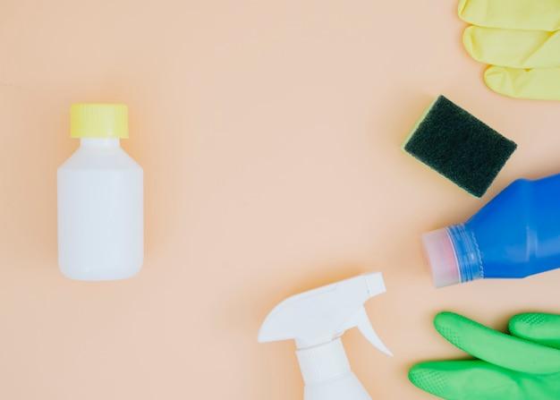 Een bovenaanzicht van schoonmaakproducten op perzik achtergrond