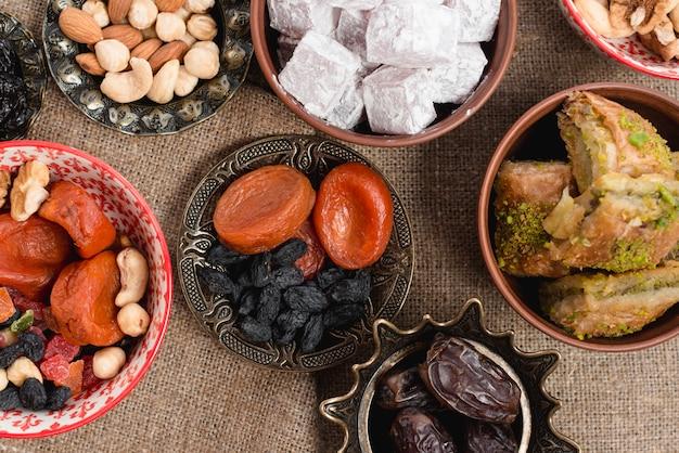Een bovenaanzicht van turks dessert op ramadan over het jutetafelkleed