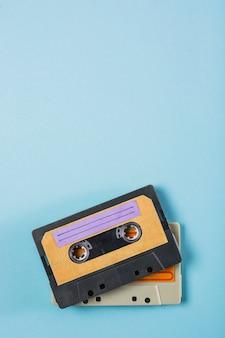 Een bovenaanzicht van twee cassettebandjes op blauwe achtergrond