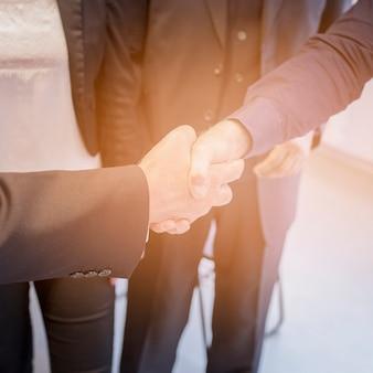 Een bovenaanzicht van twee zakenman handen schudden samen