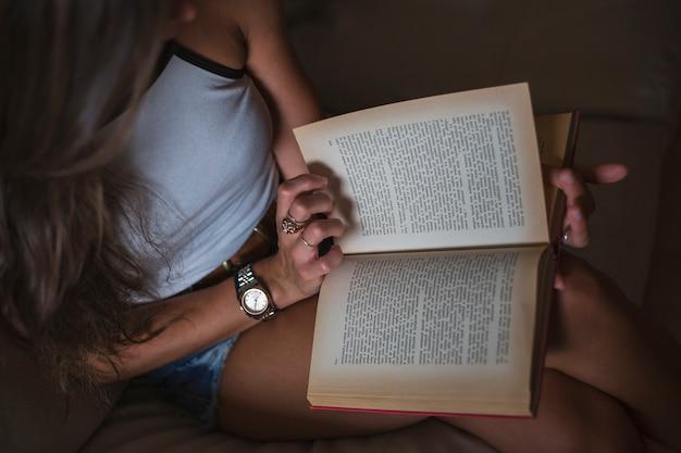Een bovenaanzicht van vrouw leesboek