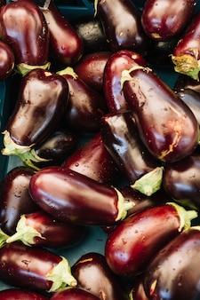 Een bovenaanzicht van waterdruppeltjes op verse biologische aubergines