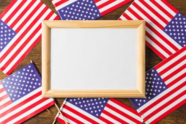 Een bovenaanzicht van whiteboard frame op amerikaanse amerikaanse vlaggen