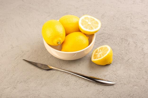 Een bovenaanzicht verse citroenen zure rijpe hele zachte citrus tropische vitamine geel op de crème bureau
