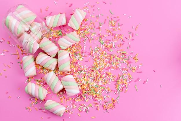 Een bovenaanzicht wit-roze marshmallows zoet en plakkerig op roze
