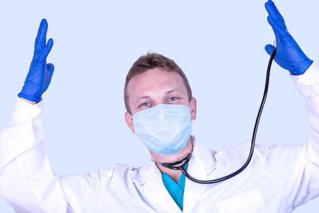 Een boze dokter in een medisch masker en handschoenen toont zijn ongenoegen met een handgebaar.