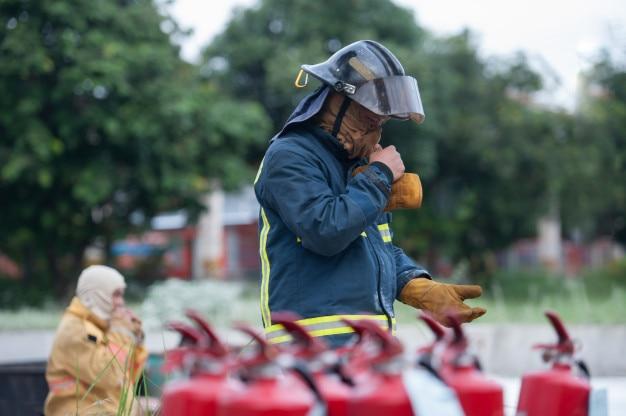 Een brandweerman die zich klaar maakt voor de operatie