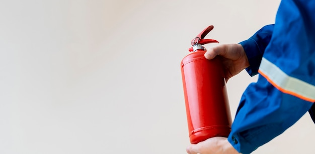 Een brandweerman met een brandblusser, veilig werk en voorzorgsmaatregelen concept