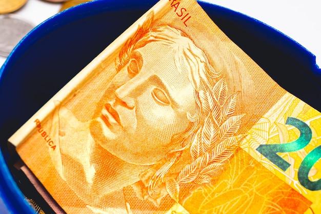 Een braziliaans real-biljet in een geldbank op een close-up foto