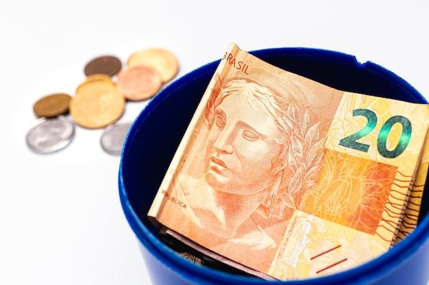 Een braziliaanse real bankbiljetten in een penny box geïsoleerd op een witte achtergrond