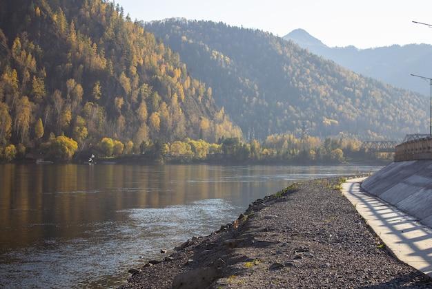 Een brede rivier die in het bergdal ligt.