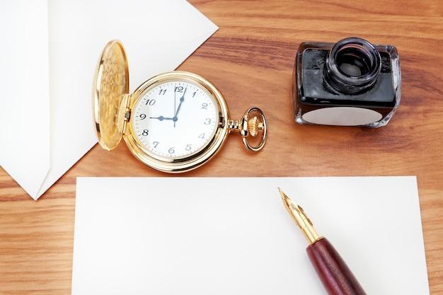 Een brief schrijven aan de havana-sigaar. close-up.