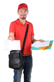Een brievenbesteller die post levert die op wit wordt geïsoleerd