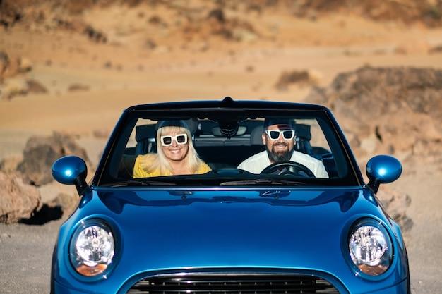Een bril zit in een auto op het eiland tenerife in de krater van de vulkaan teide, spanje