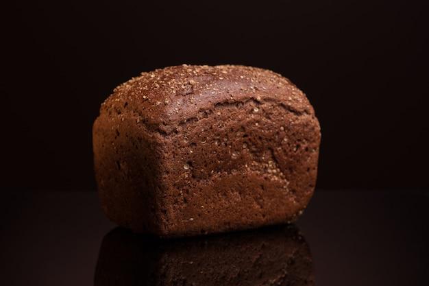 Een brood close-up op een donkere achtergrond met reflectie