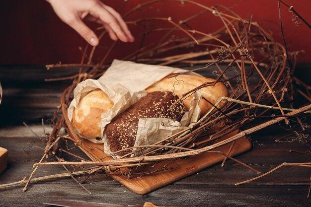 Een brood ligt op de takken van het nest op een houten tafel op een rode achtergrond. hoge kwaliteit foto