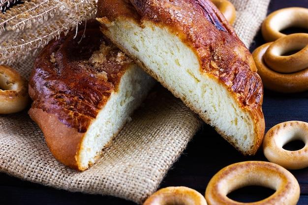 Een broodje een bagel op een donkere houten achtergrondbakkerij