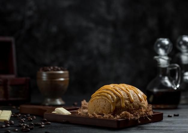 Een broodje met karamelsaus erop geserveerd in een café