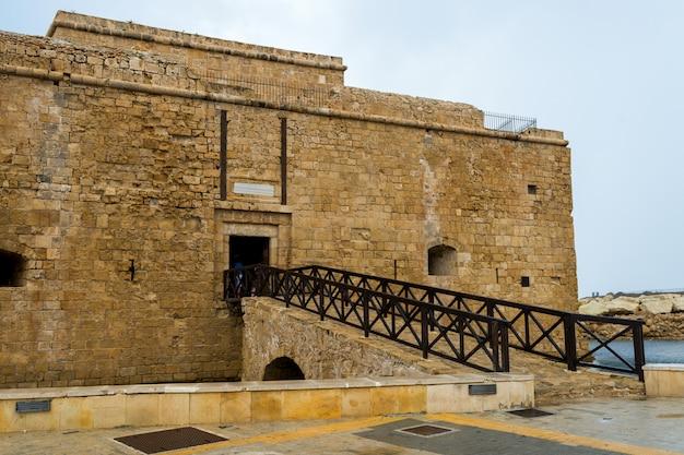 Een brug die zich uitstrekt van het middeleeuwse fort in paphos, cyprus 2016