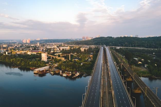 Een brug met een weg door de rivier de dayspro in de buurt van de industriële productie wijk in kiev