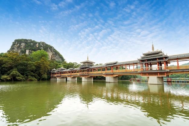 Een brug met etnische kenmerken, liuzhou, guangxi, china.