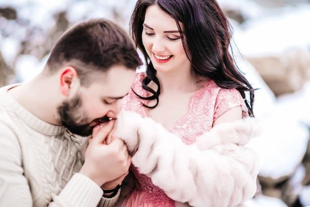 Een bruid in een bontjas met een verloofde tussen de karpaten