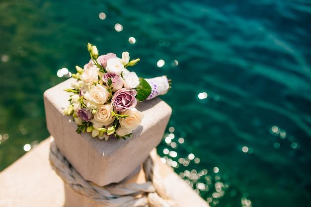 Een bruidsboeket vlakbij de zee