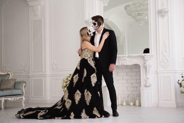 Een bruidspaar met skelet maakt halloween of allerzielen goed