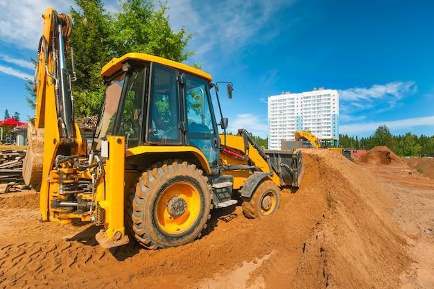 Een bulldozer egaliseert de grond op een bouwplaats grondwerken