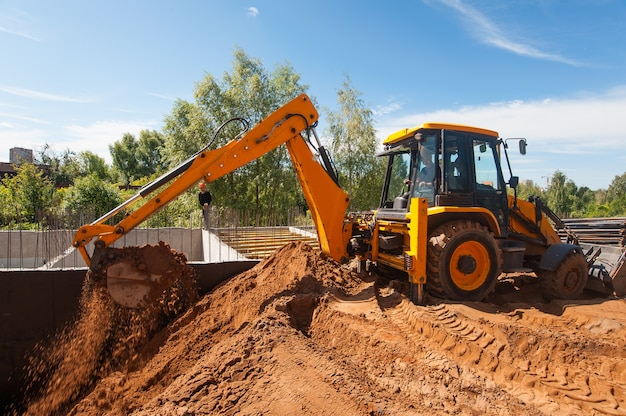 Een bulldozer graaft een greppel op een bouwplaats grondwerken