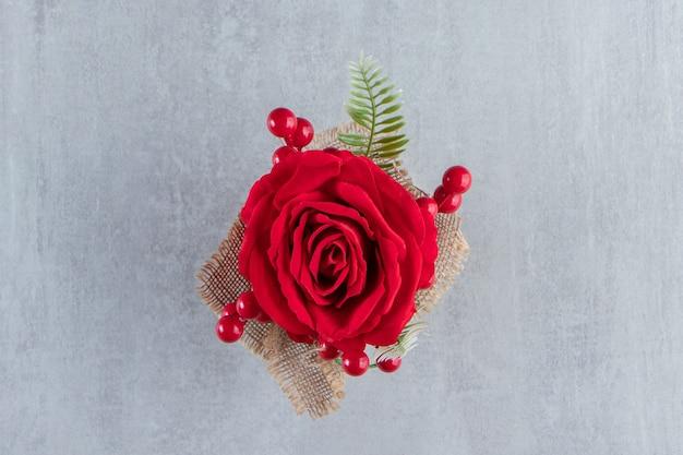 Een bundel van rode roos, op de witte achtergrond. hoge kwaliteit foto