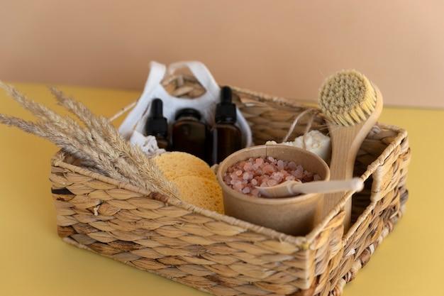 Een cadeau-spa-doos met essentiële oliën, natuurlijk serum, zeep, sponzen en roze himalaya-kuurzout