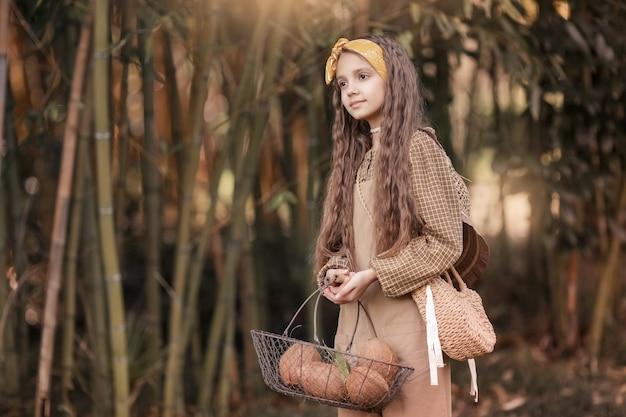 Een caicasian meisje met kokosverwerking in de mekong delta ben tre, vietnam.