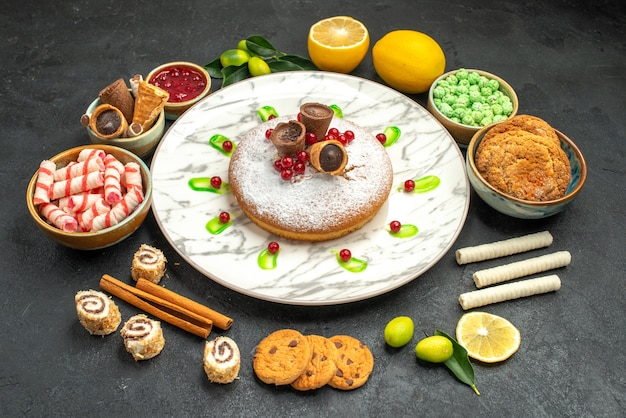 Een cake een cake met wafels jam citroen snoepjes kaneel koekjes