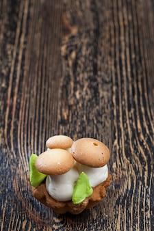 Een cake in de vorm van een paddenstoel