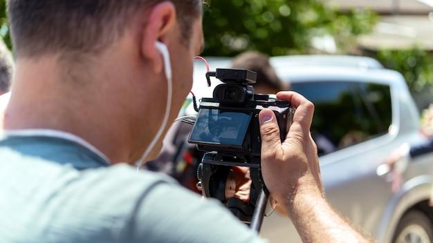 Een cameraman die een huwelijksceremonie opneemt met een camera op een statief