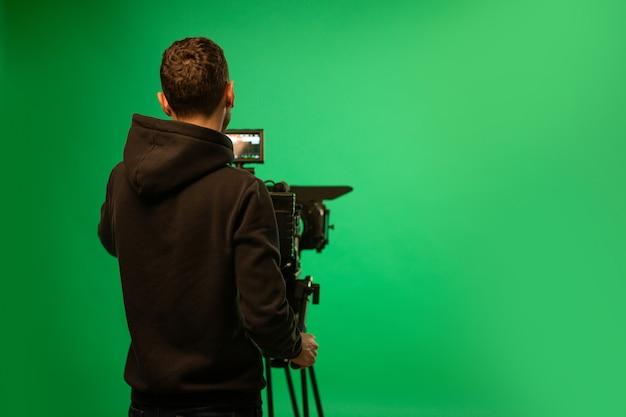 Een cameramens die vertoning van camera gebruikt