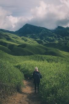 Een canadese vrouw die wandelt in de dzukou-vallei van nagaland