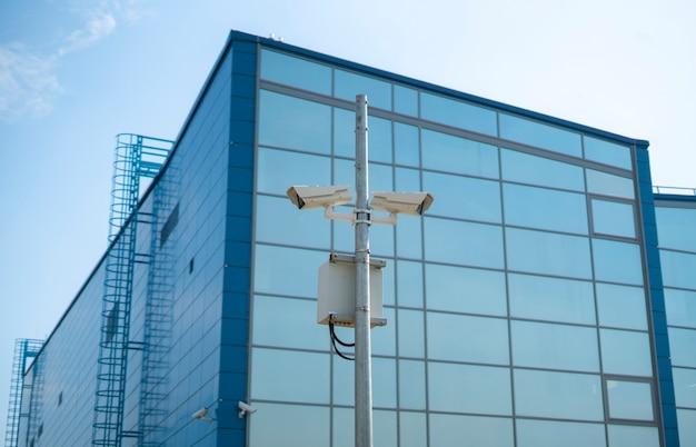Een cctv-camera in de stadsstraat, grote broer en privacyconcept