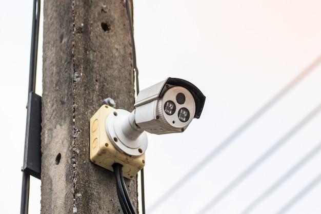 Een cctv-camera op een elektrische paal kijkt naar beneden onder belangrijke gebeurtenissen