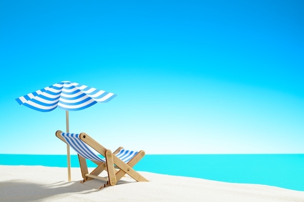 Een chaise longue onder een parasol op het zandstrand aan zee