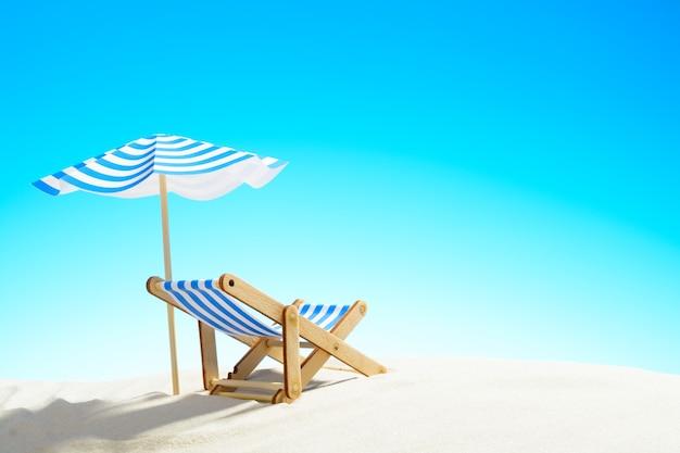 Een chaise longue onder een parasol op het zandstrand