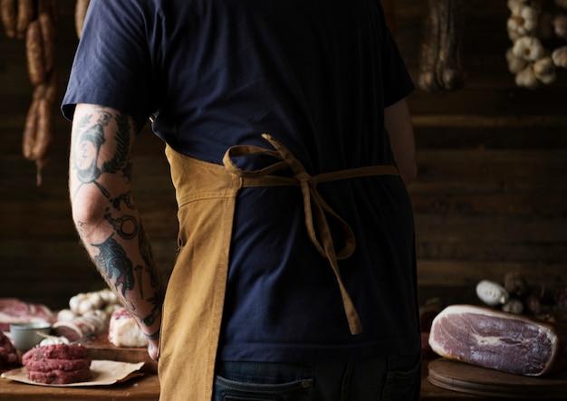 Een chef-kok die aan verschillende types van het receptidee van het vleesvoedsel fotografie werkt