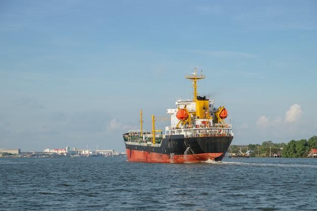 Een chemisch tankerschip in chao phraya river, thailand.